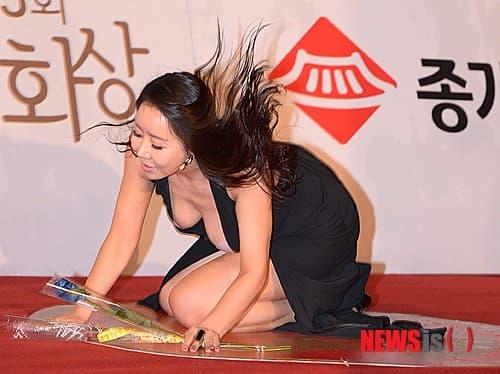 Những màn hở bạo tại lễ trao giải đi vào lịch sử showbiz Hàn - Ảnh 6