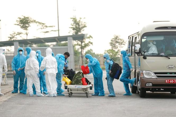Xe đưa người mắc COVID -19 ở Guinea Xích đạo về tới bệnh viện Nhiệt đới - Ảnh 8