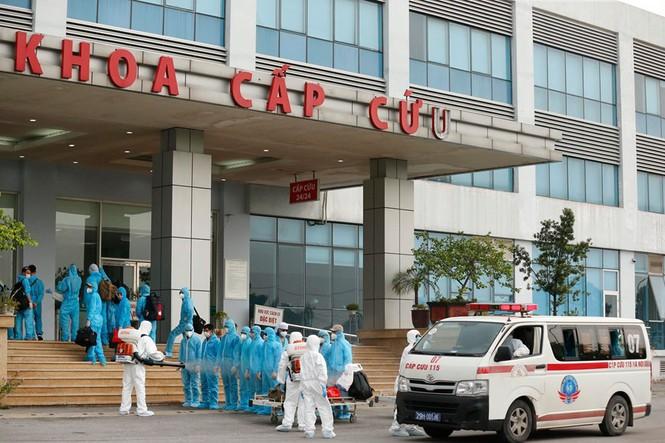 Xe đưa người mắc COVID -19 ở Guinea Xích đạo về tới bệnh viện Nhiệt đới - Ảnh 9