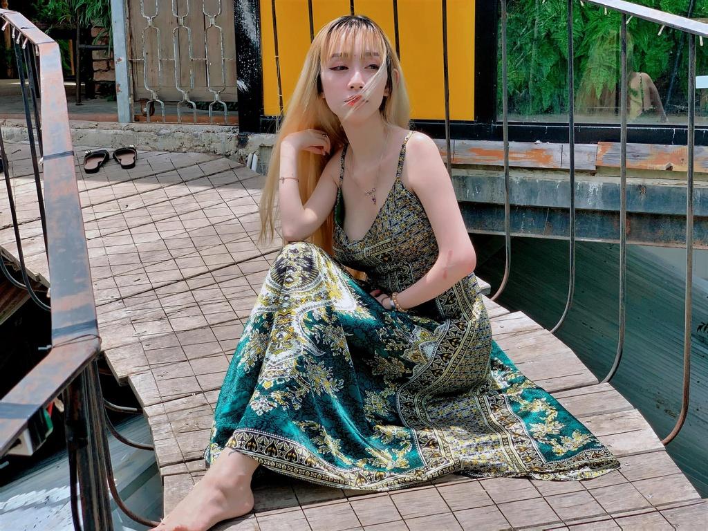 Mẹ đơn thân ở Đà Lạt chăm con, trang điểm bằng chân - Ảnh 1