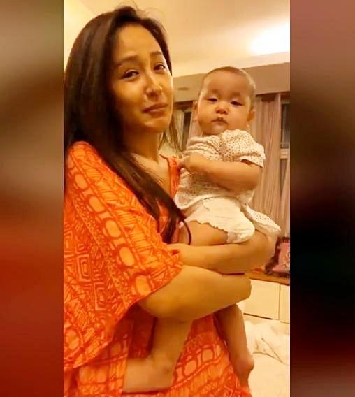 Bé gái 7 tháng tuổi khiến HH Mai Phương Thuý cũng lu mờ, 30 phút hút nghìn người hâm mộ - Ảnh 1