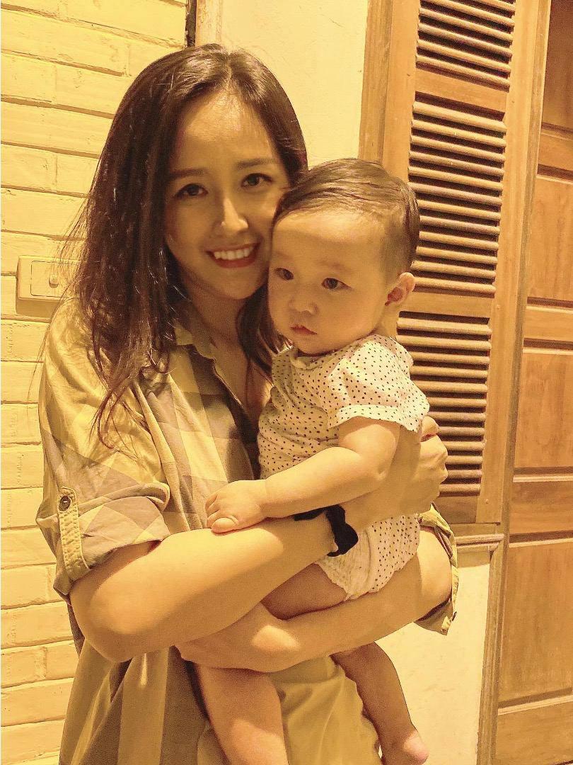 Bé gái 7 tháng tuổi khiến HH Mai Phương Thuý cũng lu mờ, 30 phút hút nghìn người hâm mộ - Ảnh 5