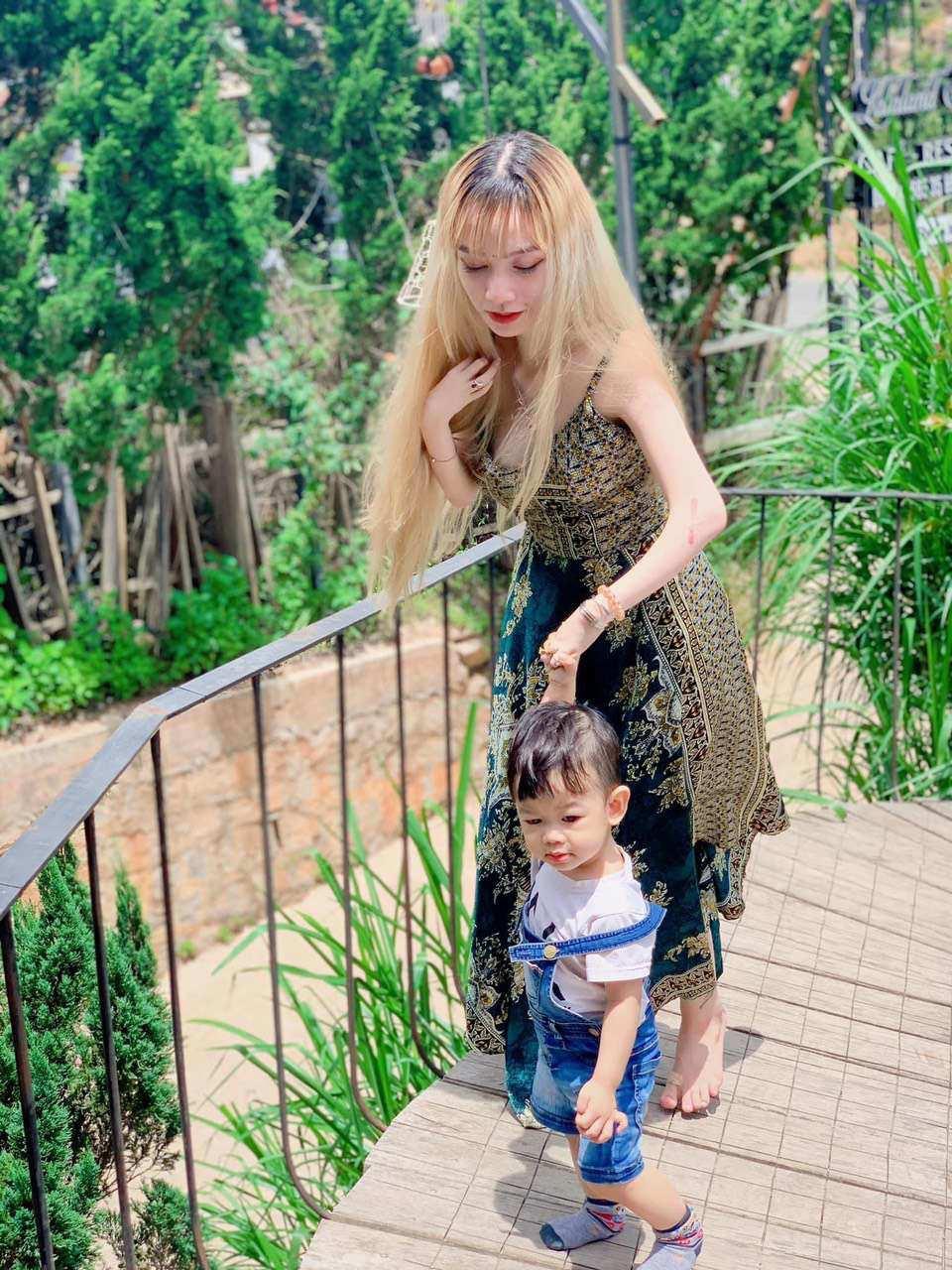 Mẹ đơn thân ở Đà Lạt chăm con, trang điểm bằng chân - Ảnh 3