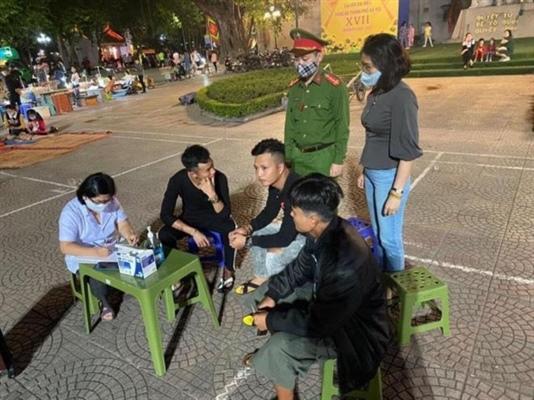 Hà Nội: Bắt buộc đeo khẩu trang trên phương tiện giao thông công cộng và siêu thị, trung tâm thương mại - Ảnh 1