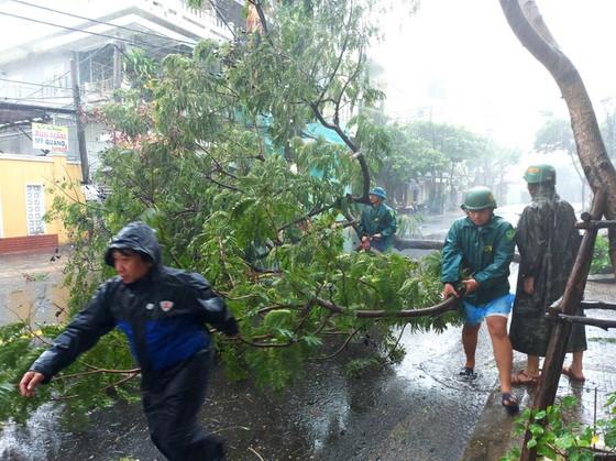 Sau bão, người dân trở về trong tan hoang - Ảnh 2