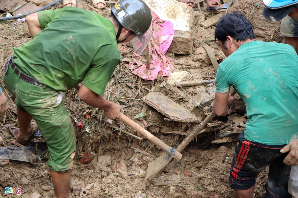 Gào khóc tìm kiếm người thân dưới đất đá ở Trà Leng - Ảnh 4