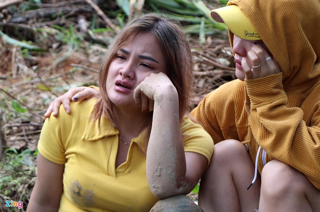 Gào khóc tìm kiếm người thân dưới đất đá ở Trà Leng - Ảnh 7
