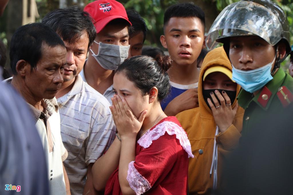Gào khóc tìm kiếm người thân dưới đất đá ở Trà Leng - Ảnh 8