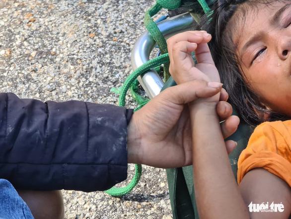 NÓNG: Những hình ảnh đầu tiên của nạn nhân vụ sạt lở ở Trà Leng - Ảnh 1