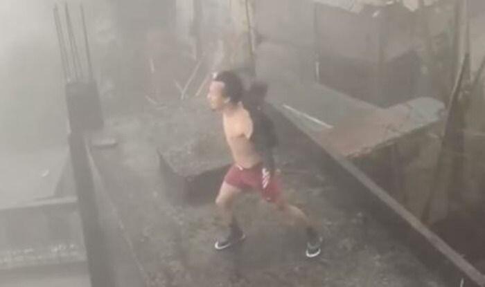 Sự thật về clip người đàn ông đứng phanh áo, 'gào thét' để đẩy lùi siêu bão số 9 - Ảnh 1