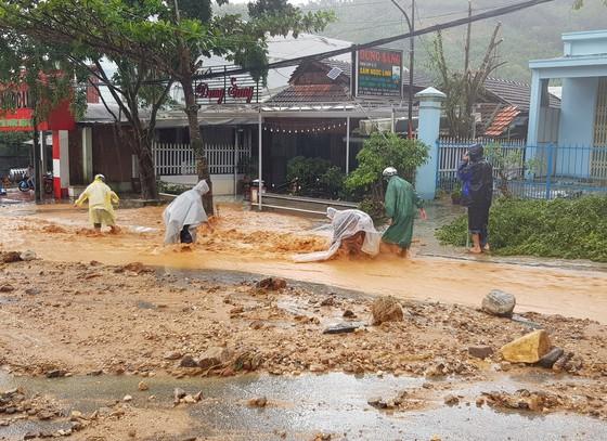 Sau bão, người dân trở về trong tan hoang - Ảnh 4