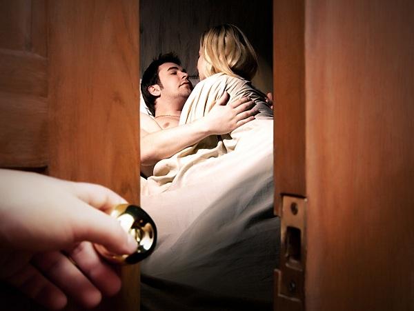Vợ uất nghẹn nhìn chồng ngoại tình trước mặt nhiều người, còn công khai bảo vệ nhân tình - Ảnh 1