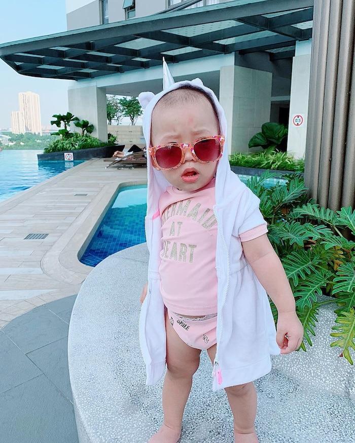 Con gái JustaTee ngày càng 'mặn mà' đáng yêu, không hổ danh 'em bé vàng trong làng meme' - Ảnh 4