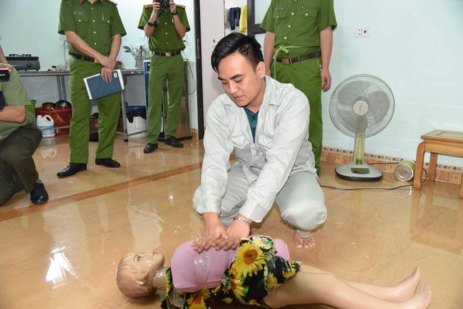 Phú Thọ: Rợn người cảnh thực nghiệm hiện trường kẻ sát hại con gái của người tình chỉ vì lý do nghịch nước trong nhà vệ sinh - Ảnh 2