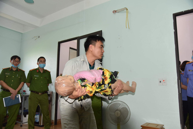 Phú Thọ: Rợn người cảnh thực nghiệm hiện trường kẻ sát hại con gái của người tình chỉ vì lý do nghịch nước trong nhà vệ sinh - Ảnh 1
