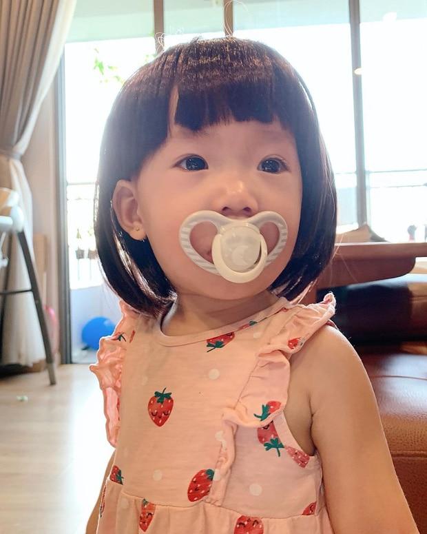 Con gái JustaTee ngày càng 'mặn mà' đáng yêu, không hổ danh 'em bé vàng trong làng meme' - Ảnh 8
