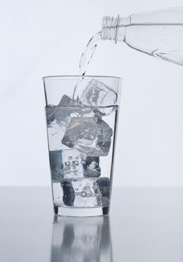Ngày nóng nắng chớ dại mà uống nước đá theo những cách này! - Ảnh 1