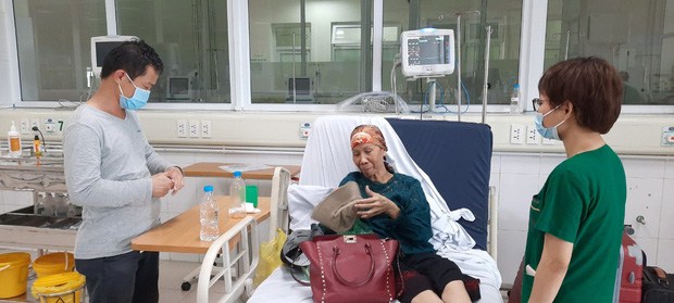 Bác gái BN17 lên máy bay trở về nhà, tiết lộ chi phí chữa trị - Ảnh 1