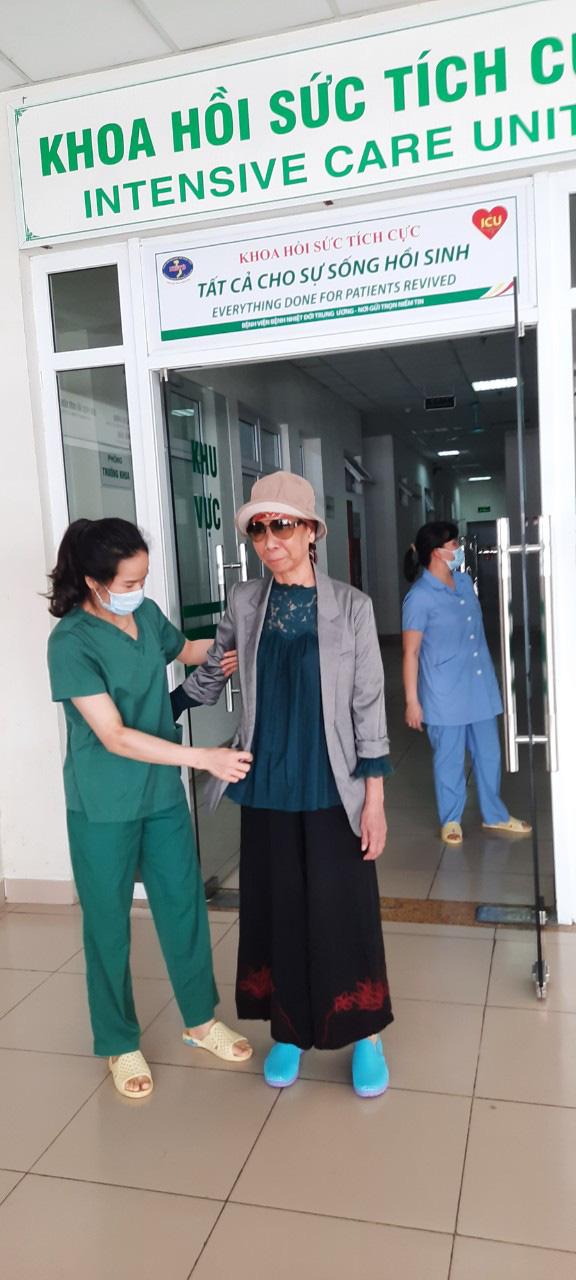 Bác gái BN17 lên máy bay trở về nhà, tiết lộ chi phí chữa trị - Ảnh 3