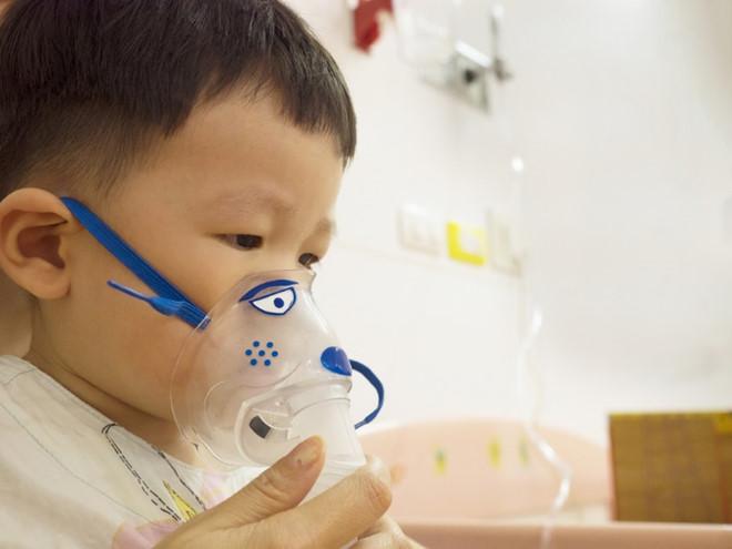 8 dấu hiệu quan trọng giúp mẹ sớm nhận biết bệnh viêm phổi ở trẻ sơ sinh - Ảnh 1