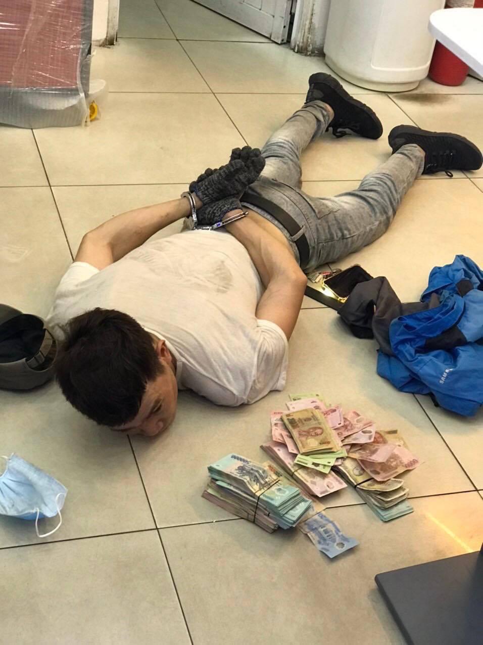 Bắt giữ 'siêu trộm': 1 mình đục tường, đu dây lấy trộm 120 triệu của cửa hàng FPT shop - Ảnh 1