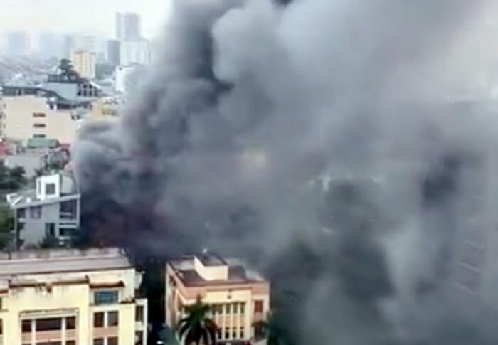 Cháy lớn kèm cột khói cao hàng chục mét tại quán lẩu ở Hà Nội, nhiều người đi đường hoảng sợ - Ảnh 1