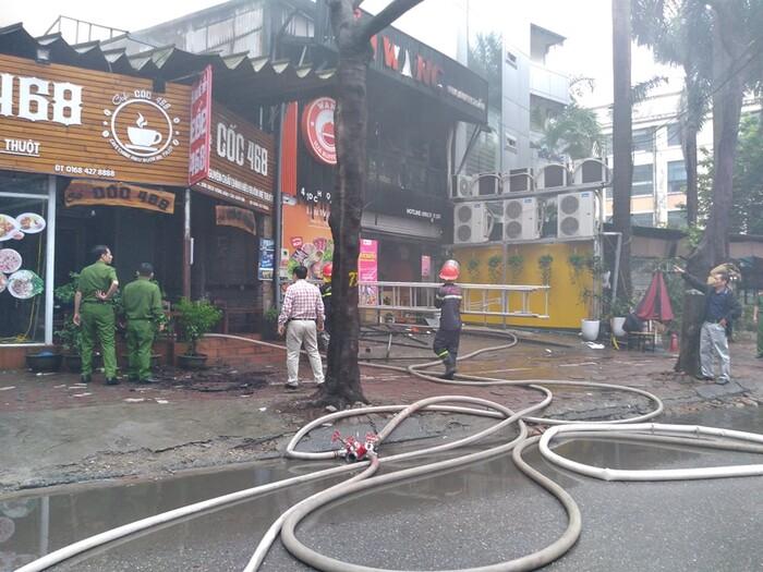 Cháy lớn kèm cột khói cao hàng chục mét tại quán lẩu ở Hà Nội, nhiều người đi đường hoảng sợ - Ảnh 2