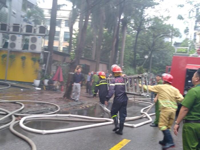 Cháy lớn kèm cột khói cao hàng chục mét tại quán lẩu ở Hà Nội, nhiều người đi đường hoảng sợ - Ảnh 3