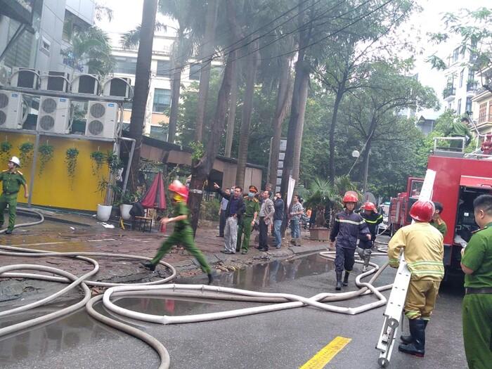 Cháy lớn kèm cột khói cao hàng chục mét tại quán lẩu ở Hà Nội, nhiều người đi đường hoảng sợ - Ảnh 4