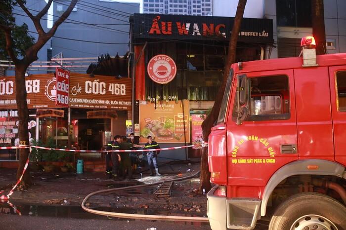 Cháy lớn kèm cột khói cao hàng chục mét tại quán lẩu ở Hà Nội, nhiều người đi đường hoảng sợ - Ảnh 5