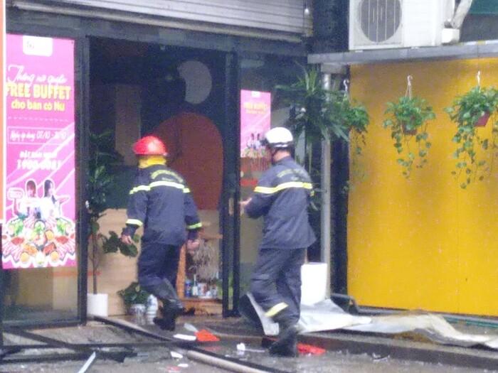 Cháy lớn kèm cột khói cao hàng chục mét tại quán lẩu ở Hà Nội, nhiều người đi đường hoảng sợ - Ảnh 6