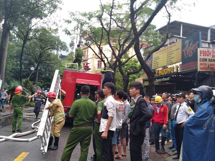 Cháy lớn kèm cột khói cao hàng chục mét tại quán lẩu ở Hà Nội, nhiều người đi đường hoảng sợ - Ảnh 7