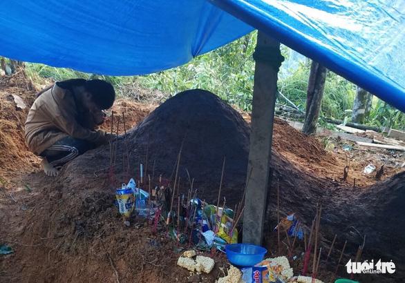 Nỗi đau thấu trời tại Trà Leng: Về làng tìm cha mẹ, cô học trò sụp đổ bên 2 nấm mồ - Ảnh 1