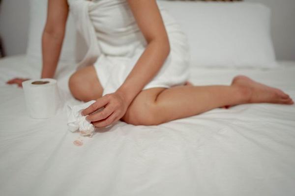 Bạn trai quan hệ thô bạo ngay lần đầu, cô gái trẻ gặp sự cố đau đớn phải nhập viện - Ảnh 3