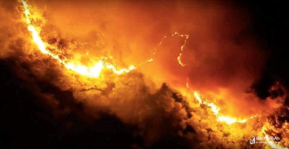 Cư dân mạng chấn động trước hình ảnh rừng Hà Tĩnh chìm trong 'biển lửa' - Ảnh 1