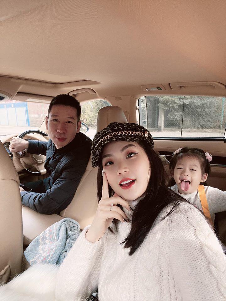 Á hậu VN ngồi xe 10 tỷ, cưới xong sống xa chồng, con 3 tuổi tự nấu ăn rửa bát - Ảnh 4