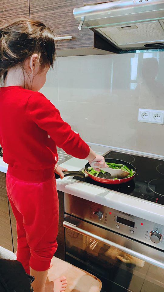 Á hậu VN ngồi xe 10 tỷ, cưới xong sống xa chồng, con 3 tuổi tự nấu ăn rửa bát - Ảnh 5