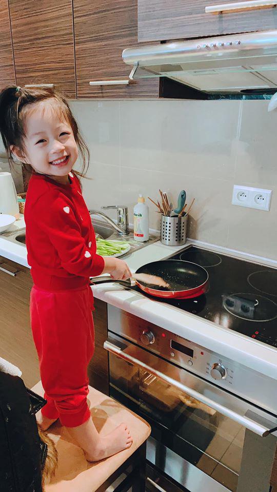 Á hậu VN ngồi xe 10 tỷ, cưới xong sống xa chồng, con 3 tuổi tự nấu ăn rửa bát - Ảnh 6