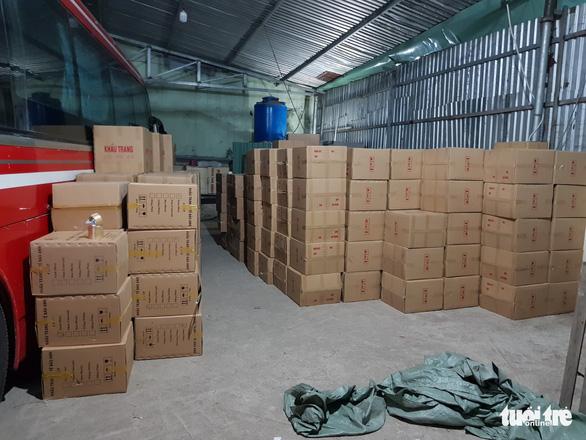 Tạm giữ gần 1 triệu khẩu trang trong kho hàng ở quận Tân Phú - Ảnh 2