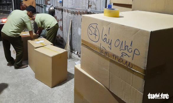 Tạm giữ gần 1 triệu khẩu trang trong kho hàng ở quận Tân Phú - Ảnh 4