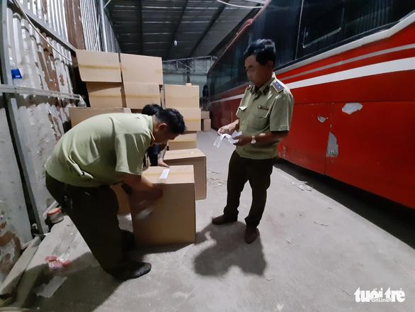 Tạm giữ gần 1 triệu khẩu trang trong kho hàng ở quận Tân Phú - Ảnh 1