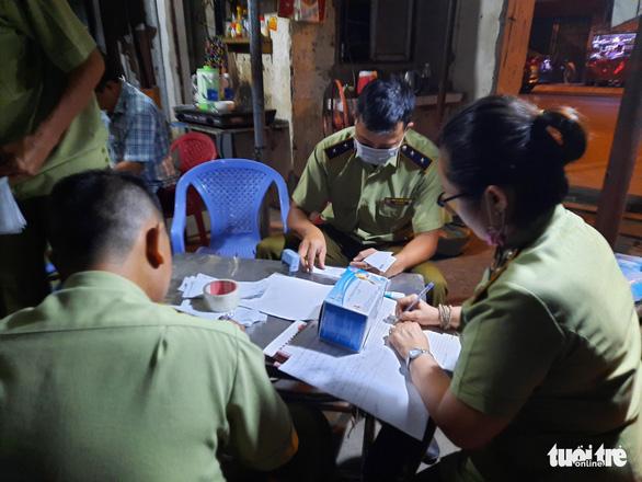 Tạm giữ gần 1 triệu khẩu trang trong kho hàng ở quận Tân Phú - Ảnh 3