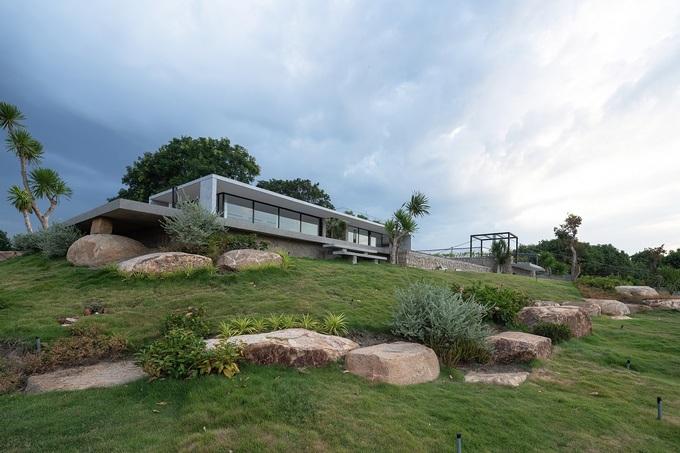Ngôi nhà nửa nổi nửa chìm trên đồi đá - Ảnh 2