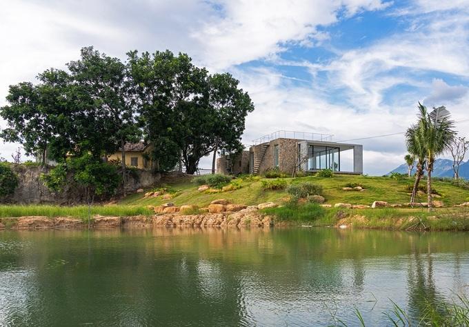 Ngôi nhà nửa nổi nửa chìm trên đồi đá - Ảnh 1