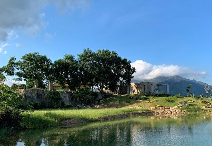 Ngôi nhà nửa nổi nửa chìm trên đồi đá - Ảnh 9