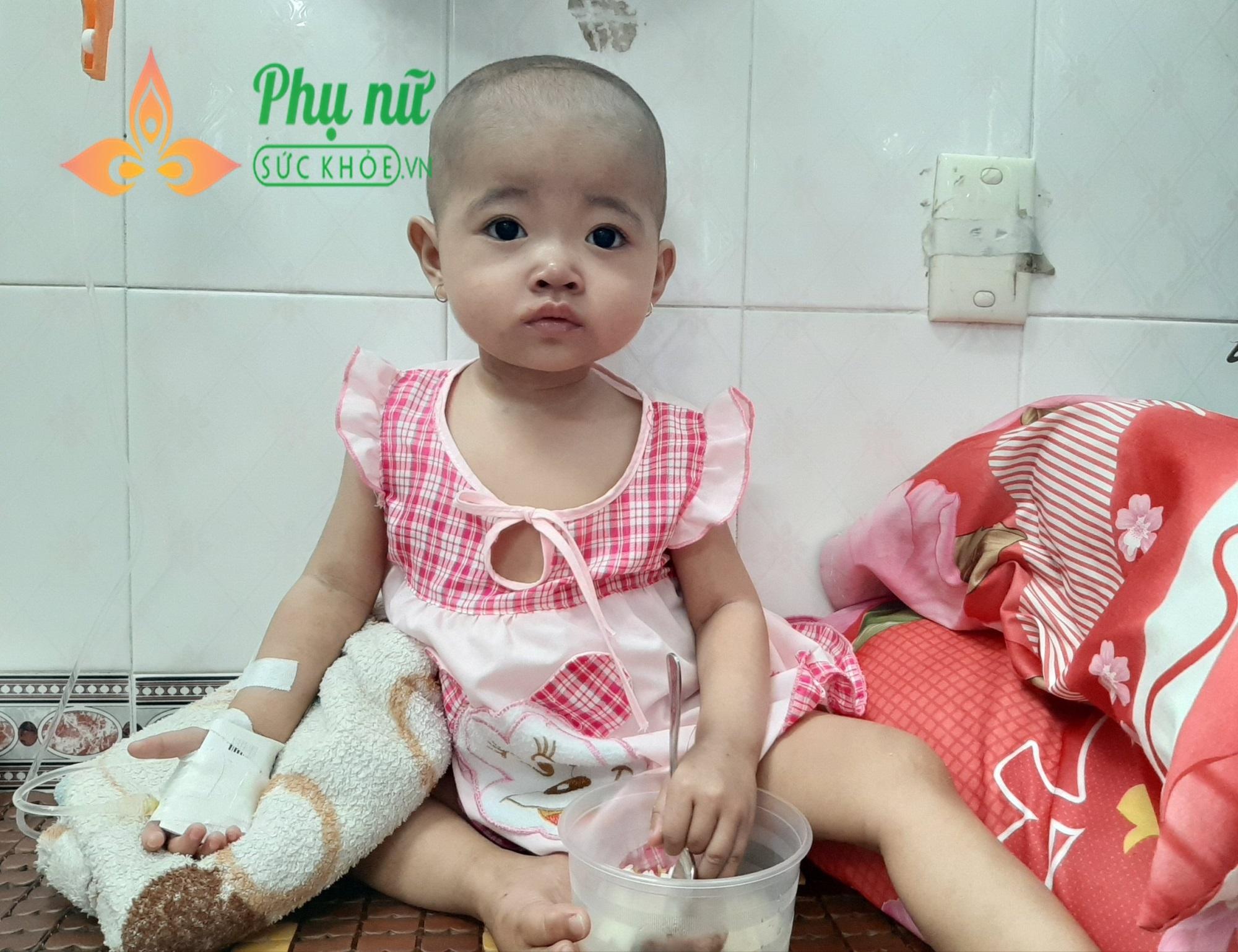 Bé gái 15 tháng tuổi bị ung thư máu, cha mẹ đi bán vé số tích cóp từng đồng cứu lấy con - Ảnh 2