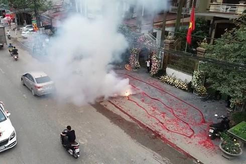 Lộ diện một số người đốt pháo số lượng lớn trong đám cưới ở Hà Nội - Ảnh 1
