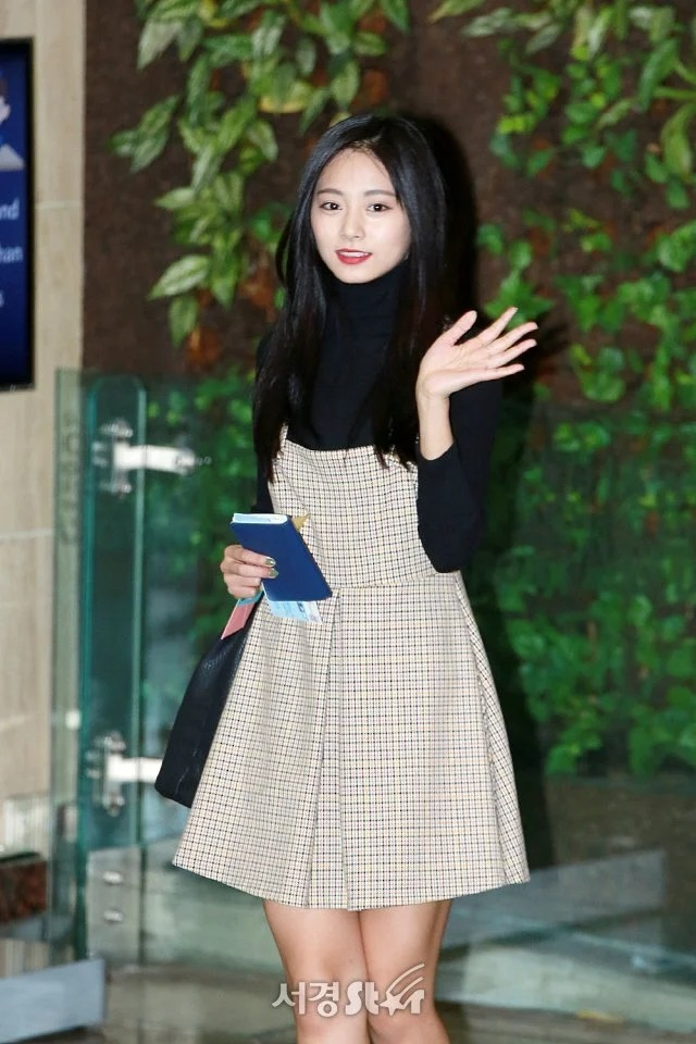 Những bộ váy áo giá rẻ chứng minh Tzuyu là 'idol bình dân' - Ảnh 1