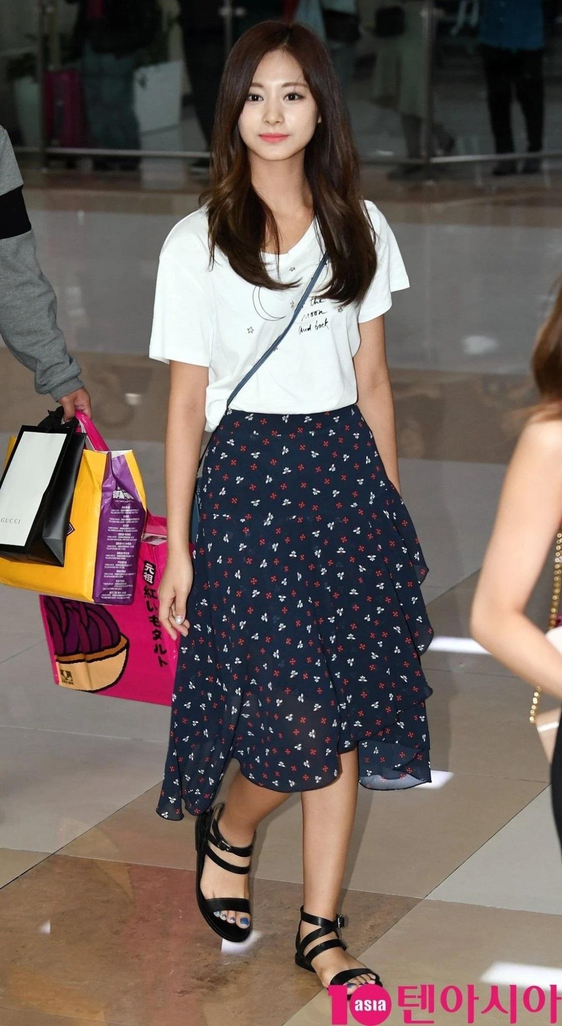 Những bộ váy áo giá rẻ chứng minh Tzuyu là 'idol bình dân' - Ảnh 3