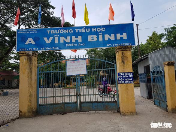 2 trò từ Campuchia trở về học, cách ly 58 học sinh và thầy cô giáo - Ảnh 1